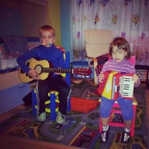 Glasbeno razigrana otroka